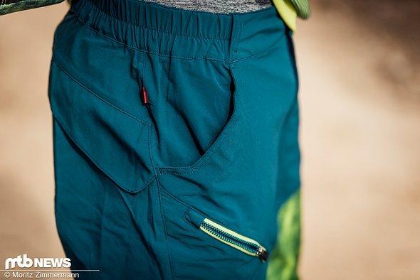 Die kurze Hose bietet insgesamt drei Seitentaschen, von denen immerhin eine mit einem Reißverschluss ausgestattet ist.