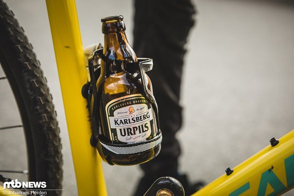 Und im Flaschenhalter steckt auch schon ein passendes Getränk