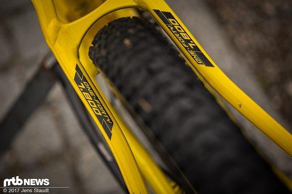 """Voluminöse 2,6"""" Reifen passen noch grade so rein."""