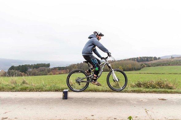 Das Bike folgt dem Impuls, dafür das Bike unter sich nach oben-vorne schieben (für mehr Höhe)