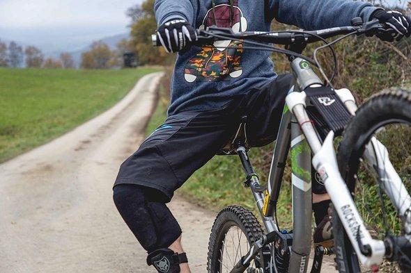 Auch normal rollend für das Üben geeignet: Seitliche Ausgleichbewegungen mit den Knien helfen gegen Abkippen zur einer Seite!