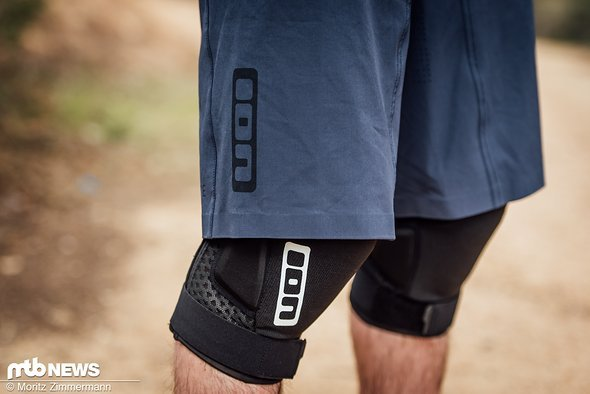 Die ION Traze AMP-Hose fällt regulär lang aus und lässt sich gut in Kombination mit Knieschonern tragen.