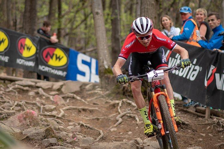 Eine Tempoverschärfung in der letzten Runde verschaffte Flückiger den entscheidenden Vorsprung, den der Schweizer dann in der langen Abfahrt zum Ziel nicht wieder hergab