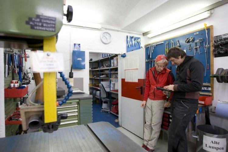 Jo und Michi zusammen in der Werkstatt