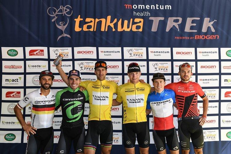Das Herrenpodium der ersten Etappe: Mani und Henrique Avancini, Alban Lakata und Kristian Hynek, Maxime Marotte und Marcel Guerrini.