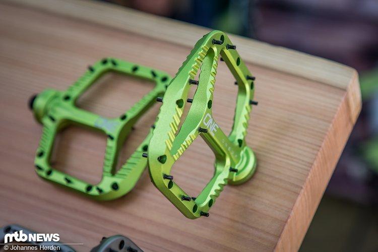 Ebenfalls neu von OneUp Components: Flat-Pedale, die entweder aus Aluminium oder Kunststoff gefertigt sind.