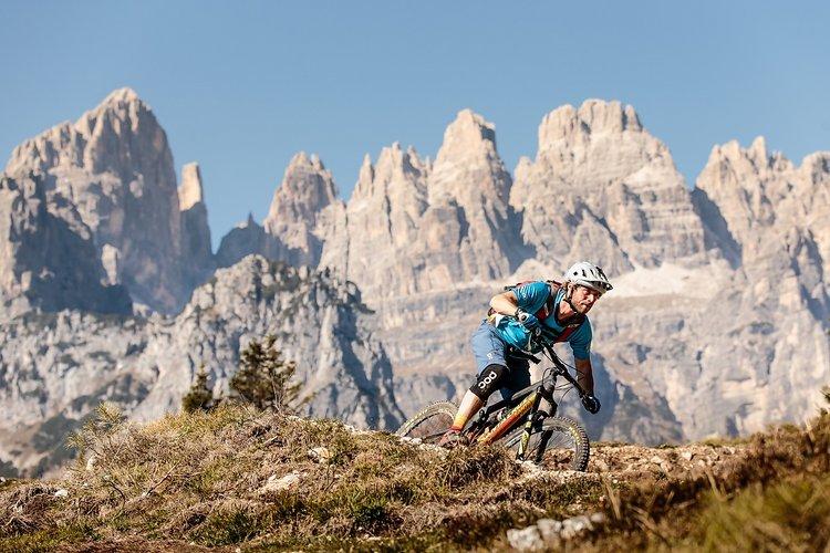 Trails mit Traumkulisse der Brenta-Dolomiten im Hintergrund