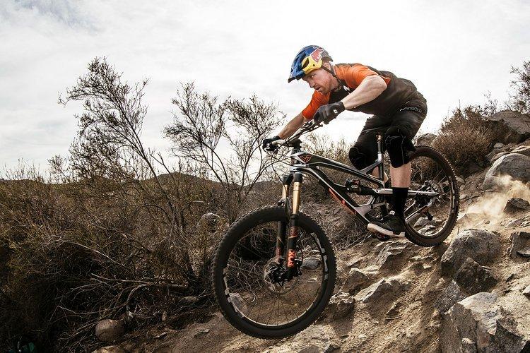 Kein geringerer als der amerikanische Downhill-Superstar Aaron Gwin trainiert regelmäßig auf dem YT Industries Capra
