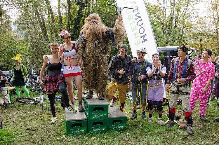 Die beliebte Kostümwertung gewann dieses Jahr Timotheus der in diesem Chewbacca-Kostüm bergauf (!) und bergab fuhr. Auf dem zweiten Platz folgt die grandiose Seilschaft der Bike-Bergsteiger, Platz 3 ging an die verdammt schnellen Ladies aus dem Krank