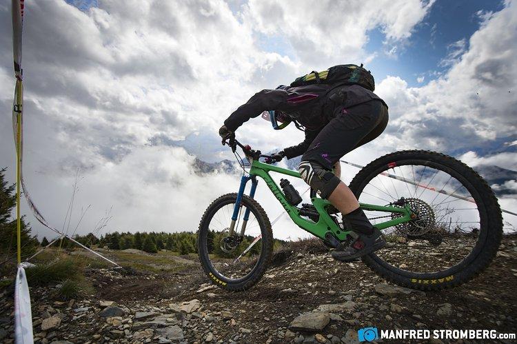 Juliana-Teamfahrerin Tanja Naber am Start einer Stage vom Kronplatz-Gipfel