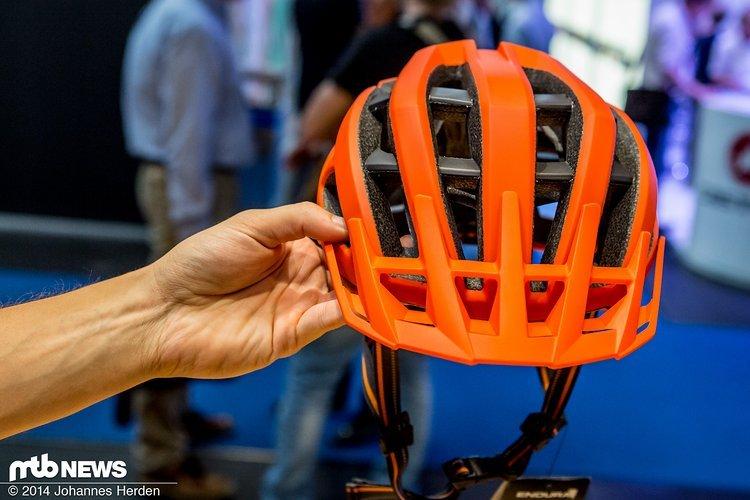 Der Endura Singletrack Helm wird in verschiedenen Farben passend zu den Outfits angeboten