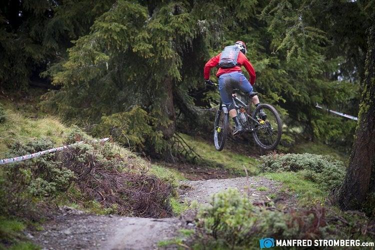 Max Schumann hebt ab auf dem Gassl-Trail